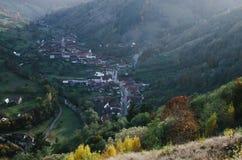 Campo da aldeia da montanha em um vale Imagens de Stock