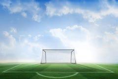 Campo da calcio e scopo sotto cielo blu Fotografie Stock Libere da Diritti