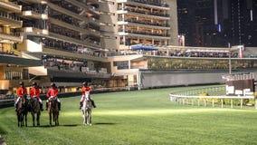Campo da corrida de cavalos antes do começo do jogo na noite Recreação emocionante do jogo Imagens de Stock