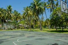 Campo da gioco di pallacanestro all'isola tropicale Fotografia Stock