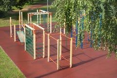 Campo da giuoco dei bambini all'aperto nel parco di estate dopo pioggia Fotografia Stock