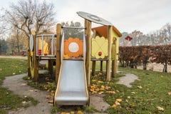 Campo da giuoco dei bambini in parco pubblico Immagini Stock