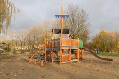 Campo da giuoco dei bambini in parco pubblico Fotografie Stock Libere da Diritti