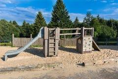 Campo da giuoco del ` s dei bambini con la struttura di scalata sull'orlo del per Fotografie Stock