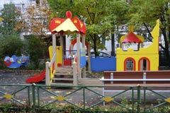 Campo da giuoco del ` s dei bambini nel distretto residenziale di Mosca fotografie stock libere da diritti