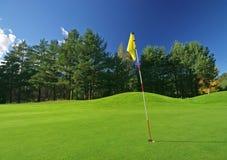 Campo da giuoco di golf il giorno pieno di sole Immagine Stock