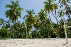 Campo da giuoco di pallavolo all'isola tropicale Immagini Stock Libere da Diritti
