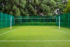Campo da giuoco di sport nel parco con erba artificiale e uno stretc fotografie stock libere da diritti