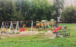 Campo da giuoco ed oscillazioni in parco variopinto immagine stock