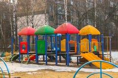 Campo da giuoco moderno del ` s dei bambini in suburbano di Mosca Immagini Stock Libere da Diritti