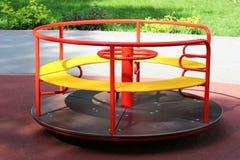 Campo da giuoco moderno per i bambini, intorno ad una rotonda, un'oscillazione rapida immagine stock libera da diritti