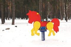 Campo da giuoco nell'inverno Il campo da gioco per bambini nella neve Oscillazione del ` s dei bambini fotografia stock