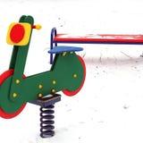 Campo da giuoco nell'inverno Il campo da gioco per bambini nella neve Oscillazione del ` s dei bambini immagini stock libere da diritti