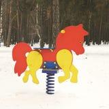 Campo da giuoco nell'inverno Il campo da gioco per bambini nella neve Oscillazione del ` s dei bambini fotografie stock libere da diritti
