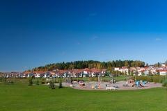 Campo da giuoco suburbano in autunno fotografia stock libera da diritti