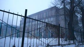 Campo da giuoco torvo nella foschia della vecchia scuola video d archivio