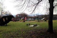 Campo da giuoco vuoto dei children's un giorno dell'autunno immagini stock libere da diritti