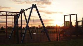 Campo da giuoco vuoto - tramonto Ondeggiamento delle oscillazioni video d archivio