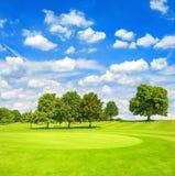 Campo da golf fairway Campo e cielo blu verdi fotografia stock libera da diritti