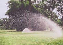 Campo da golf irrigato dallo spruzzatore immagine stock libera da diritti