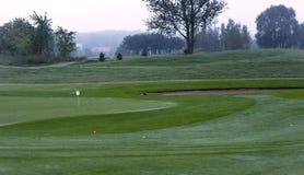 Campo da golf in rugiada di mattina Immagini Stock Libere da Diritti