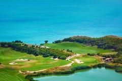 Campo da golf sulla riva di mare Fotografie Stock