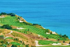 Campo da golf sulla riva di mare Fotografie Stock Libere da Diritti