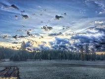 Campo da manhã da mola? da grama verde e do céu nebuloso azul fotografia de stock royalty free