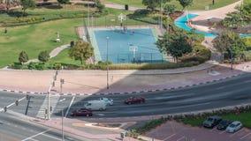 Campo da pallacanestro al parco nel timelapse del distretto delle torri dei laghi Jumeirah, un distretto residenziale popolare ne video d archivio