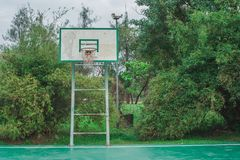Campo da pallacanestro all'aperto anziano nel parco con naturale verde nei precedenti immagine stock