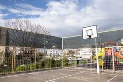 Campo da pallacanestro all'aperto nella primavera, Smirne, Turchia Immagini Stock Libere da Diritti