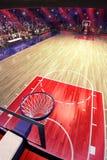 Campo da pallacanestro con il fan della gente Pioggia sullo stadio Photoreal 3d rende il fondo blured nella possibilità remota di Immagini Stock Libere da Diritti