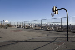 Campo da pallacanestro con la priorità bassa di Manhattan Fotografia Stock Libera da Diritti
