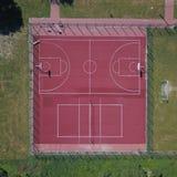 Campo da pallacanestro moderno nel cortile sul centro degli sport municipali e della ricreazione Vista della mosca o del fuco del immagini stock libere da diritti