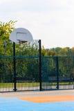 Campo da pallacanestro pubblico all'aperto con la superficie sintetica della plastica immagini stock libere da diritti