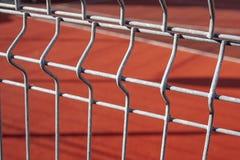 Campo da pallacanestro recintato con un recinto del metallo immagine stock libera da diritti