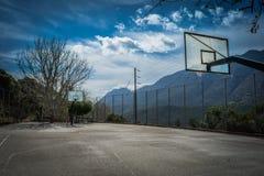 Campo da pallacanestro su un paesino di montagna Immagini Stock Libere da Diritti
