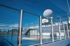 Campo da pallacanestro sulla nave da crociera Fotografie Stock