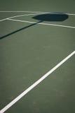 Campo da pallacanestro verde con l'ombra del cerchio Fotografie Stock Libere da Diritti