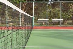Campo da tennis con i banchi bianchi fotografie stock libere da diritti