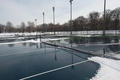 Campo da tennis duro pubblico coperto di neve e di acqua Fotografie Stock Libere da Diritti