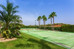 Campo da tennis nel giardino con le palme nel Portogallo immagini stock libere da diritti