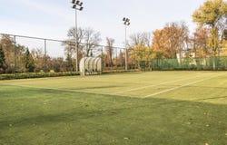 Campo da tennis nel parco abbellito immagini stock libere da diritti