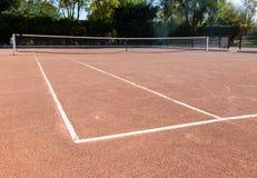 Campo da tennis privato vuoto della sabbia marrone arancio pronto per il gioco fotografia stock libera da diritti