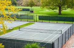 Campo da tennis recintato fotografie stock