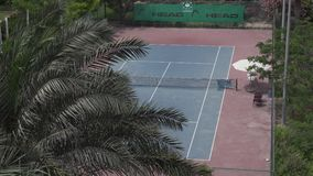 Campo da tennis sul territorio della locanda del parco dell'hotel dal video del metraggio delle azione di Radisson Abu Dhabi Yas  archivi video