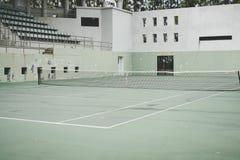 Campo da tennis verde anziano, stile d'annata fotografie stock libere da diritti