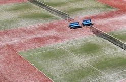 Campo da tennis verde duro vuoto con rete Fotografia Stock