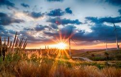 Campo da turbina eólica da paisagem e mover-se giratório da hélice fotos de stock royalty free