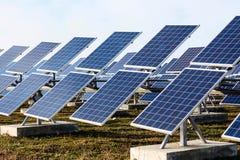 Campo das baterias solares Fotografia de Stock Royalty Free